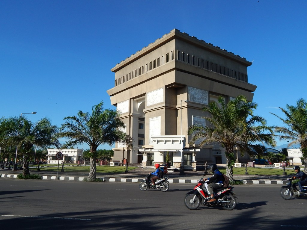 Monumen Simpang Lima Gumul, Arc de Triomphe khas Jawa Timur. (Foto: Dokumen Pribadi)