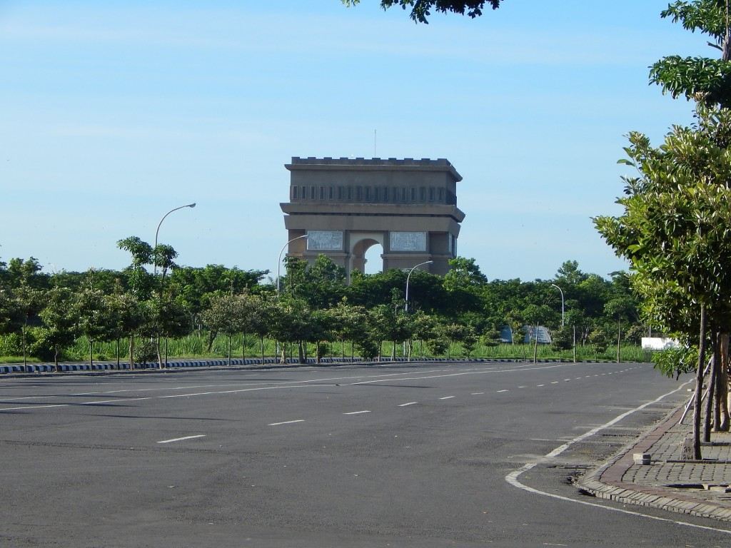 Monumen Simpang Lima Gumul di kejauhan. (Foto: Dok. Pribadi)