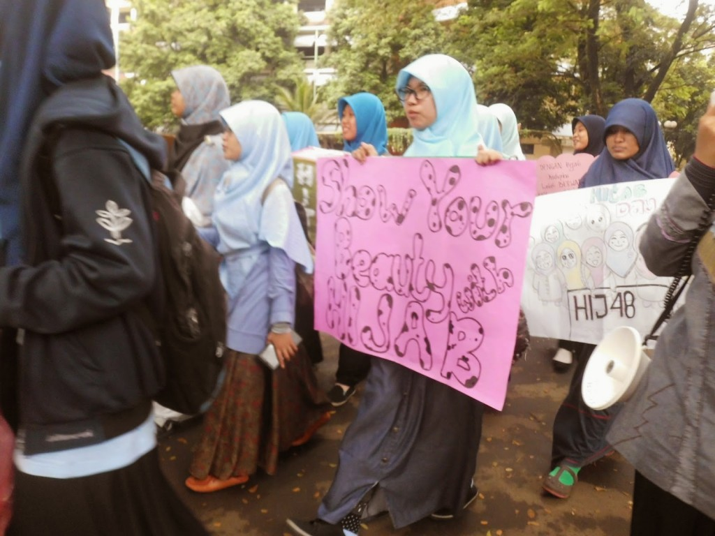 Aksi FSLDK hari tutup aurat (14/2) dari asrama putri TPB menuju Plaza Soekarno IPB (Ira Widya Zahara)