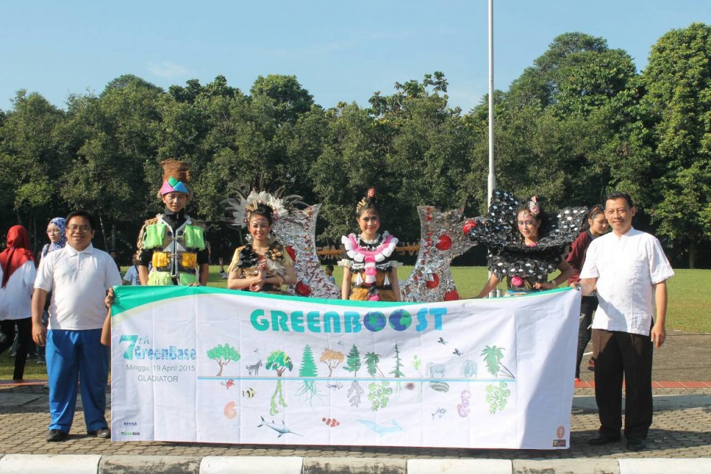 Dosen ESL, Pak Ahyar (ujung kanan) dan Pak Kastana (ujung kiri) berfoto bersama maskot parade yang mengenakan busana daur ulang dari sampah.