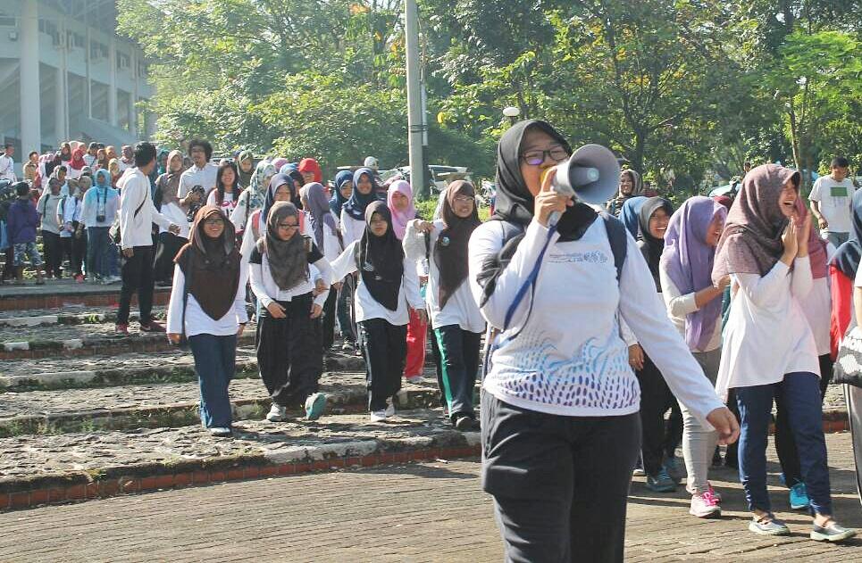 """Dewi (ESL 51) memimpin orasi tentang """"Hubungan Manusia yang Sadar Akan Pentingnya Lingkungan vs Manusia yang Masih Belum Mau Menjaga Lingkungan"""" saat parade."""