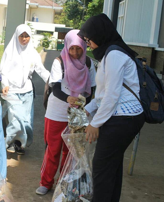 Aksi mahasiswa memungut sampah di sekitar gedung CCR.