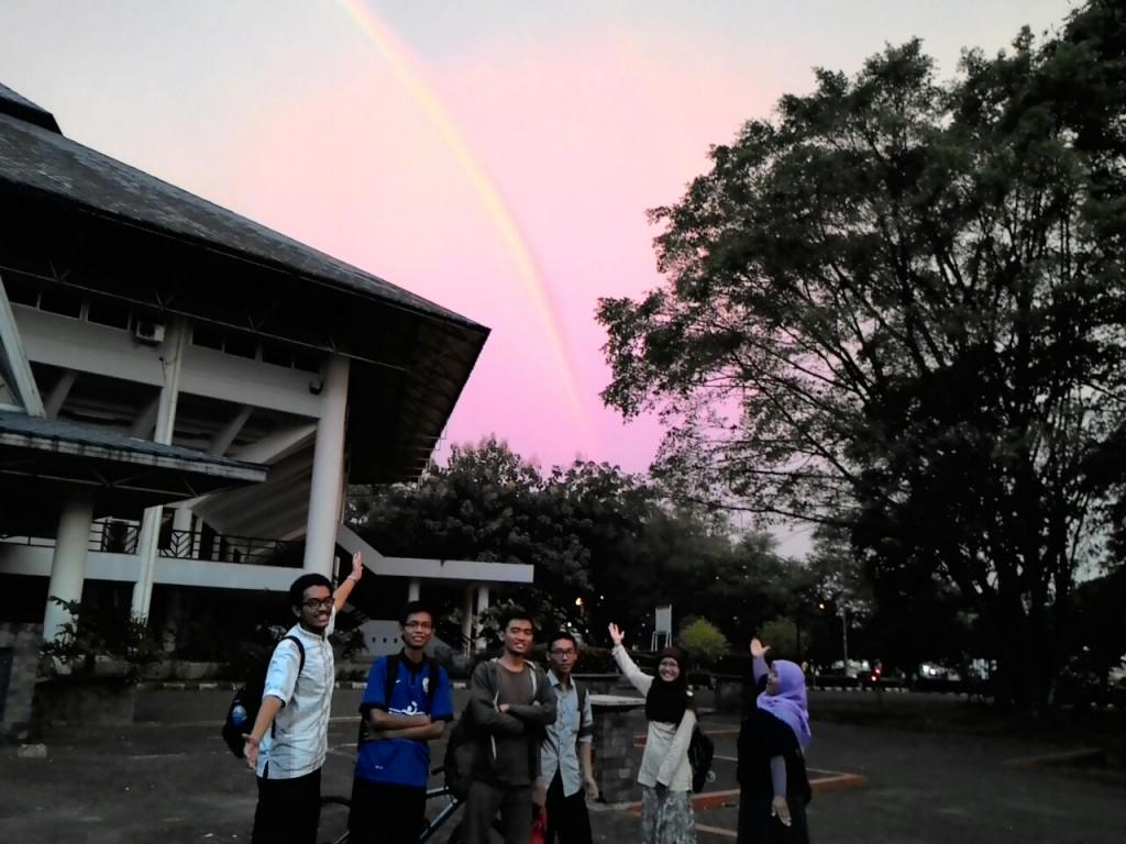 Beberapa mahasiswa berfoto dengan objek pelangi saat menikmati sore di depan Graha Widya Wisuda IPB