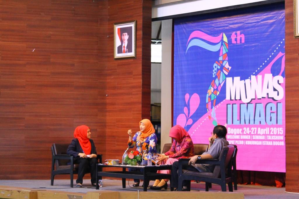 "Talkshow ""penguatan kompetensi lulusan serta profesi gizi di Indonesia"" oleh tiga pembicara. Foto oleh Ira Widya Zahara"