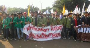 Aksi mahasiswa di depan Istana Kepresidenan di Jakarta