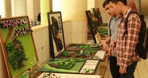 Pengunjung yang menikmati Karya hasil seni mahasiswa ARL yang di pamerkan