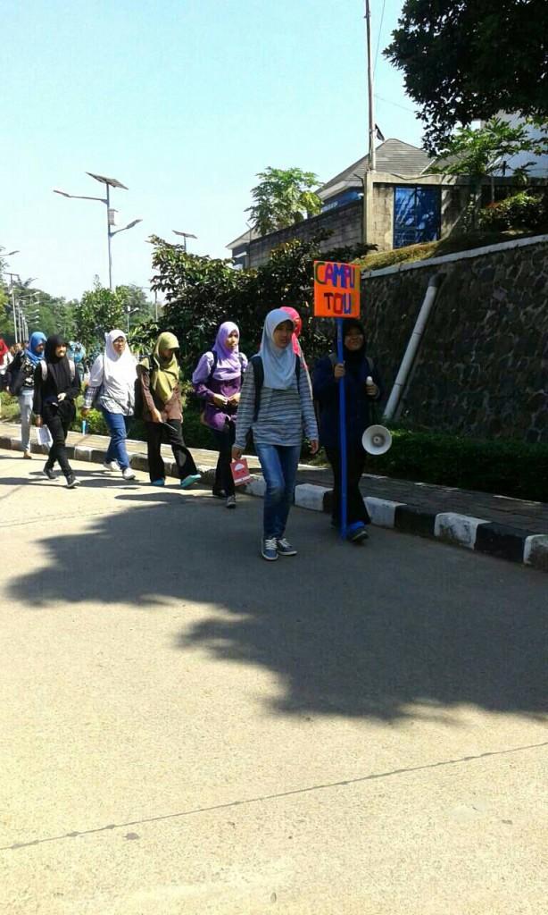 Mahasiswa baru menyusuri beberapa lokasi di dalam kampus Dramaga saat kegiatan Campuss Tour