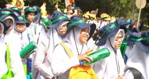Meski suasana siang itu panas, para peserta tetap senang mengikuti pawai keliling kampus.