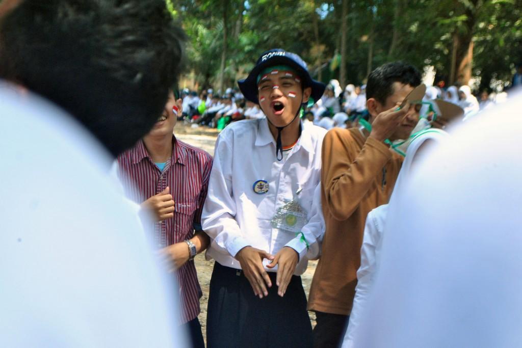 Tampak salah seorang peserta MPKMB asik menyanyikan jargon dan yel-yel