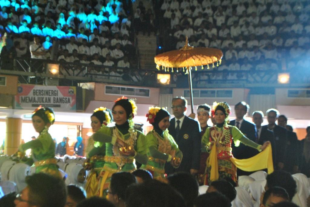 Rektor IPB, Herry Suhardiyanto, disambut oleh penampilan UKM Gentra Kaheman ketika memasuki GWW