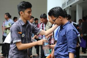 Persiapan peserta MPKMB menjelang shalat Dhuhur berjamaah