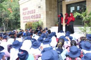 Panitia dari Fateta memberikan penjelasan mengenai Fateta terhadap para peserta MPKMB