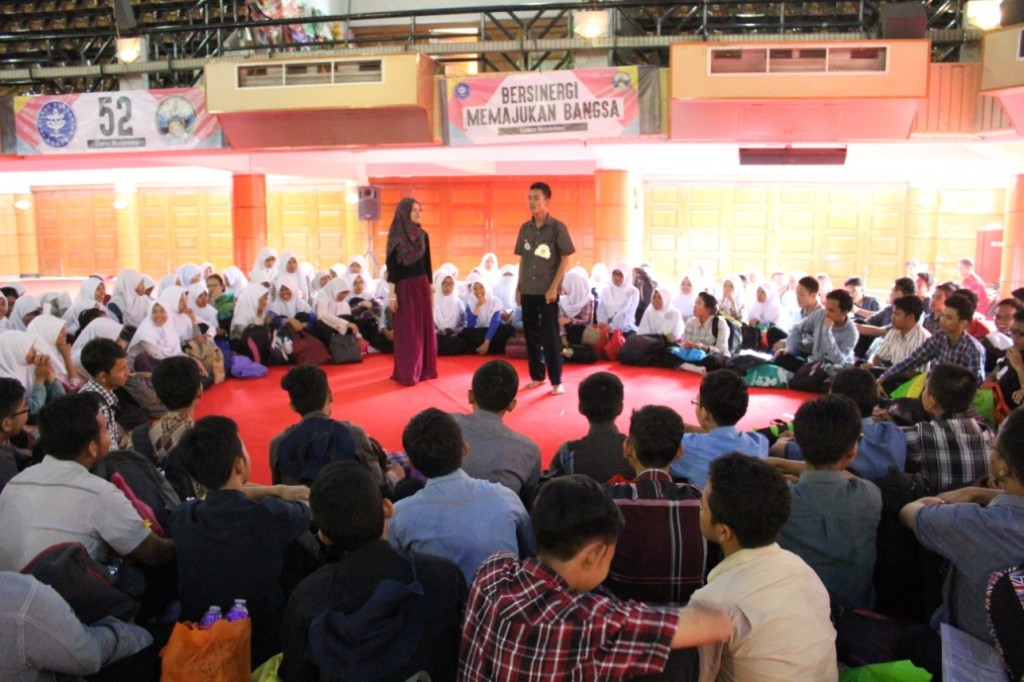Peserta MPKMB yang berasal dari FMIPA tengah melakukan salah satu rangkaian acara perkenalan fakultas, yakni Group Discussion