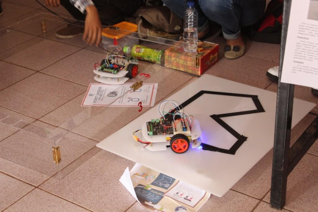 Departemen Fisika memamerkan hasil karyanya kepada para mahasiswa baru dalam FMIPA Expo