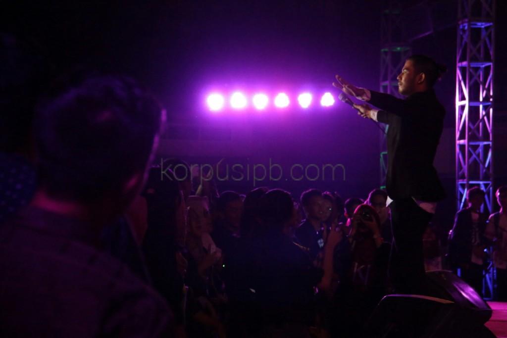 Dion Idol menjadi bintang penutup IPB Awarding Night, Minggu (6/9). (Foto: Ichwanul AM)