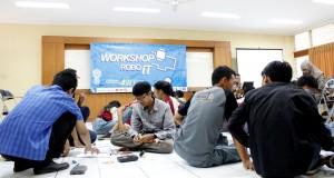 Peserta Workshop yang sedang merangkai RoboIT