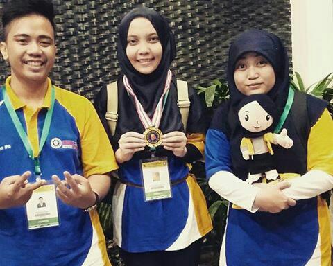 Bioanoda, salah satu tim PKMP asal IPB yang behasil membawa pulang medali emas PIMNAS XXVIII di cabang presentasi. Dari kiri-kanan, Nubli(Biokimia 49), Andrea(Biokimia 48), Ani(Biokimia 50). (Foto: Dokumentasi Pribadi)