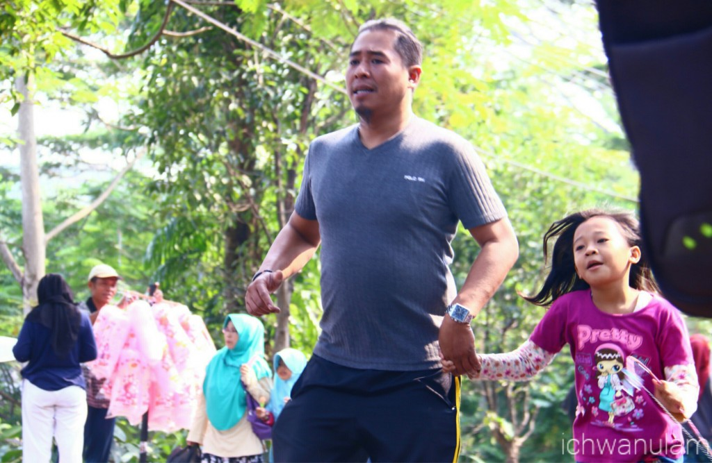 Lari bersama ayah.