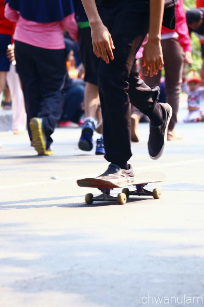 Bermain skateboard