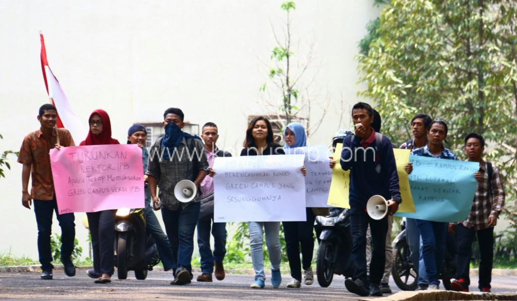 Arak-arakan massa aksi tolak Green Campus IPB. (Foto: Ichwanul AM)