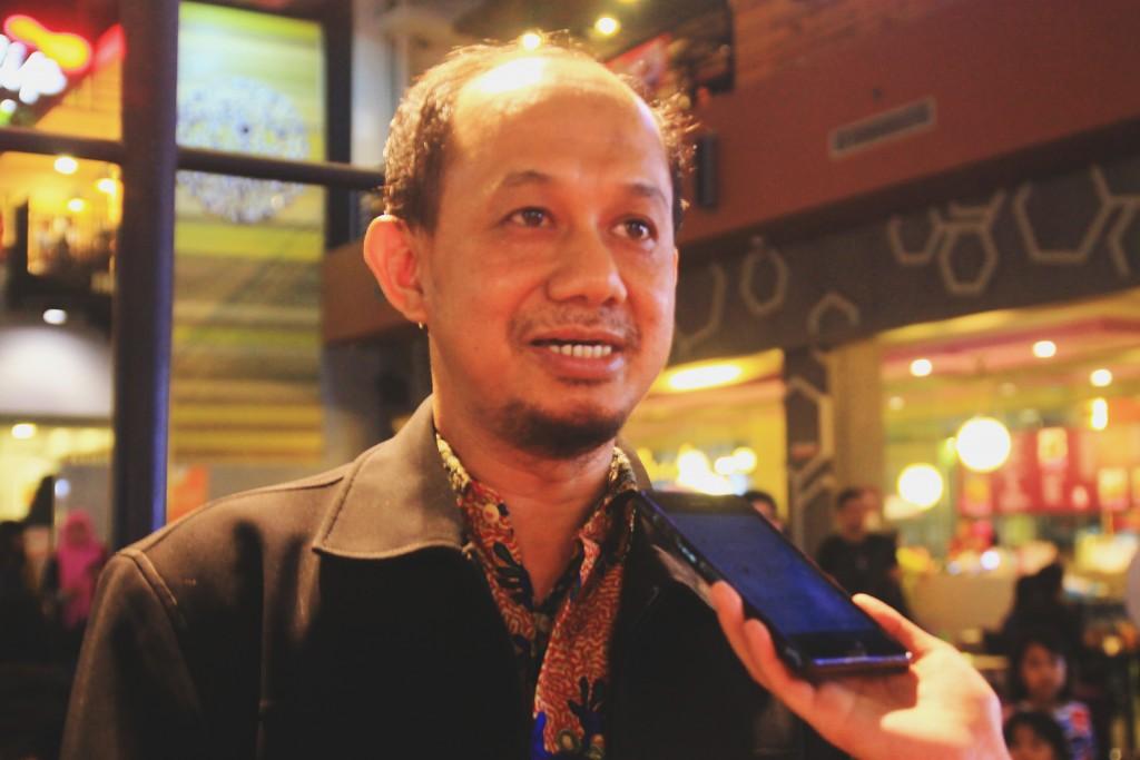 Wakil Direktur III Diploma IPB, Dr. Ir. Irmansyah, M. Si. yang diwawancara pada pameran fotografi Obscura, Sabtu(7/11). (Foto: Herlinda Y)