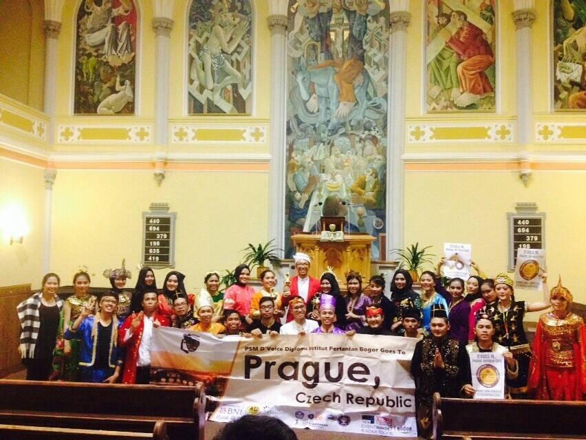 Foto bersama anggota D'Voice setelah konser kebudayaan di gereja publik pada Senin lalu (1/11). (foto:dokumentasi D'Voice)