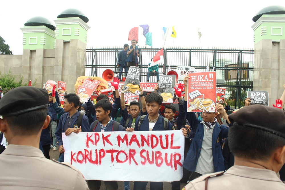 Suasana aksi tolak revisi UU KPK oleh perwakilan mahasiswa IPB di depan Gedung DPR, Jakarta Pusat. (15/12)