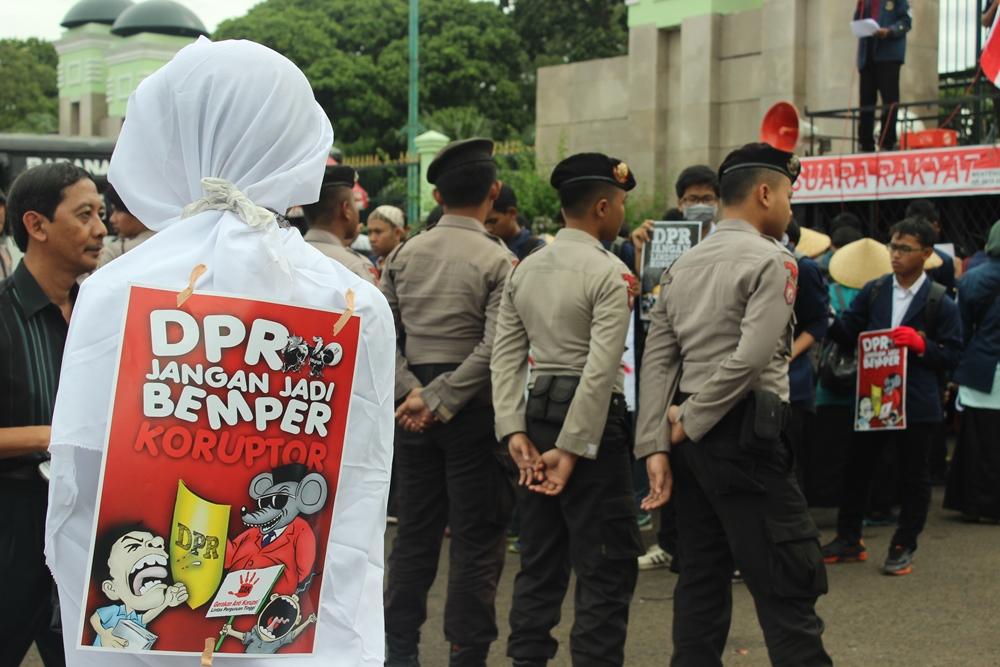 DPR jangan jadi bemper koruptor, isi poster yang ditempelkan di punggung pocong yang merupakan mascot dalam aksi tersebut