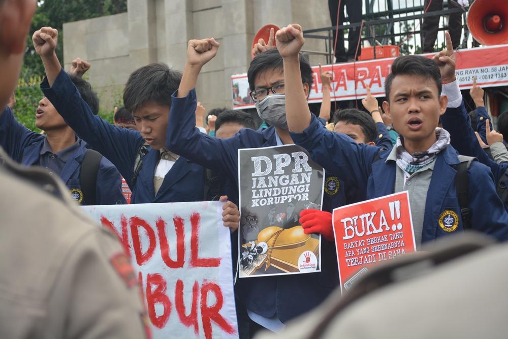 Semangat menggelora para mahasiswa saat meneriakan suara Hidup Mahasiswa. (foto oleh: Andhika)