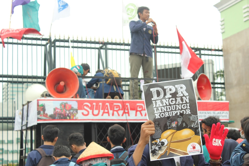 Peserta aksi menggunakan sarung tangan merah bertulisan GAP untuk singkatan dari Gerakan Anti Korupsi (foto oleh: Avina Fitrah)