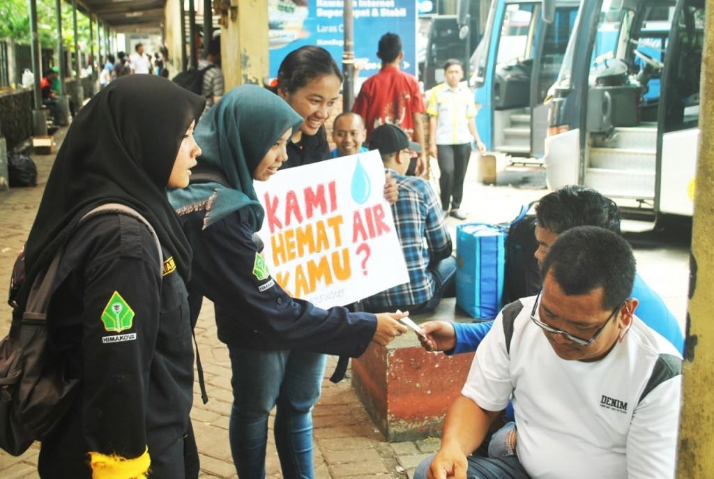 Peserta membagi-bagikan stiker gratis kepada masyarakat. (Foto oleh : Ari Bima)