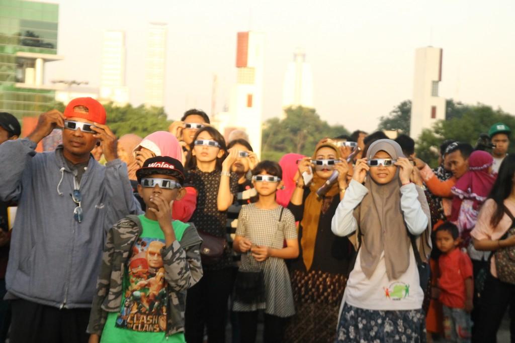 Masyarakat antusias menyaksikan gerhana matahari di Planetarium Jakarta, Rabu (9/3). (Foto: Nita F)