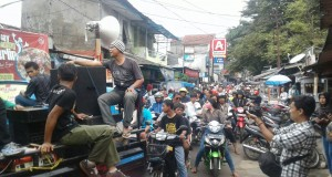 Warga menggelar orasi di Jalan Babakan Raya (31/03)