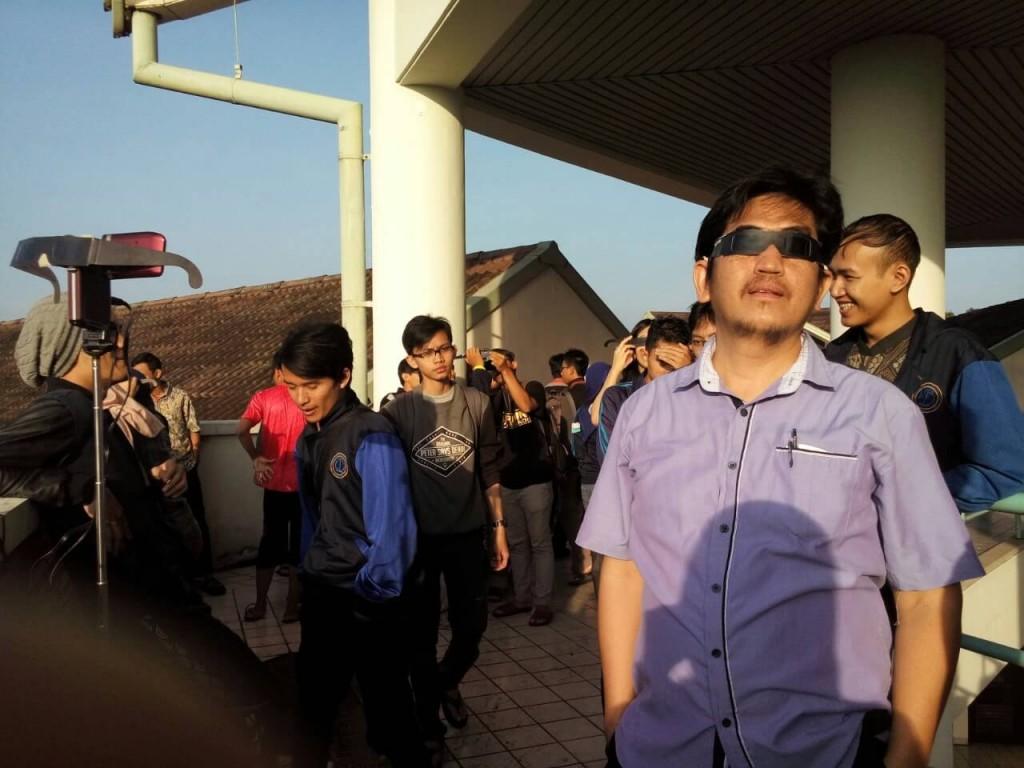 Antusiasme Peserta untuk menikmati Fenomena Gerhana Matahari di POMI pada (9/03) Source : HIMAFI IPB