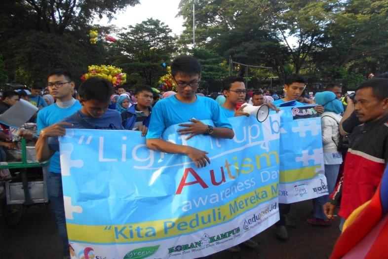 Funwalk Komunitas Peduli Autis mengelilingi Lapangan Sempur, Bogor.