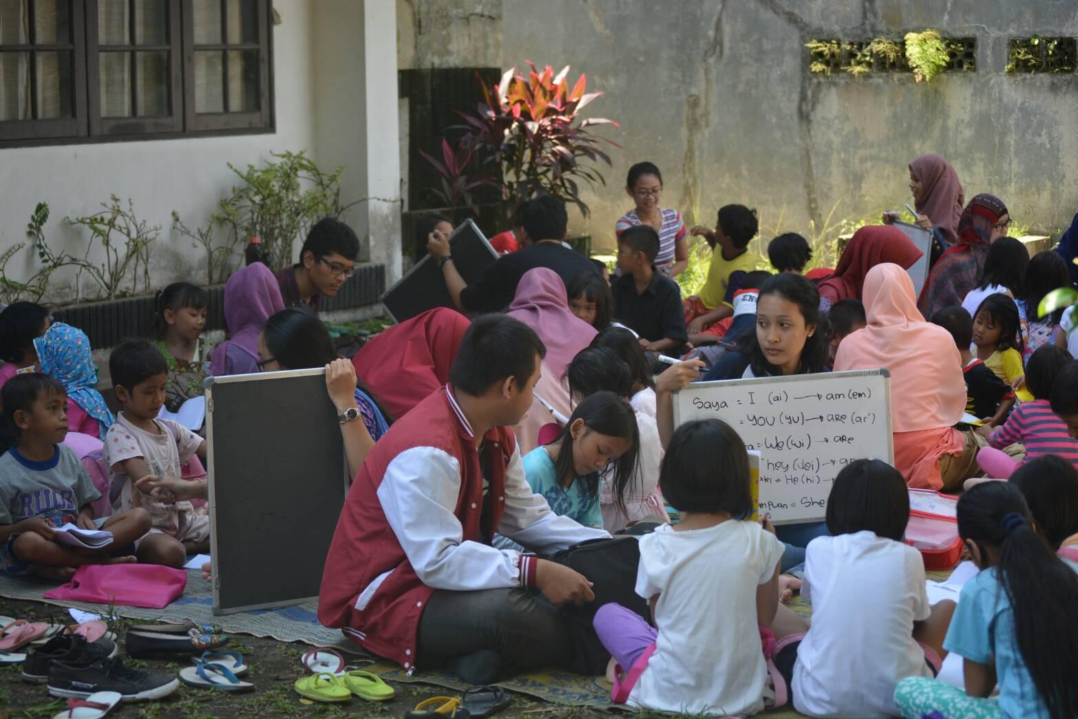 Suasana belajar Bahasa Inggris bersama komunitas Terminal Hujan di Kelurahan Baranangsiang, Bogor, Jawa Barat (Foto oleh : Andika SB)