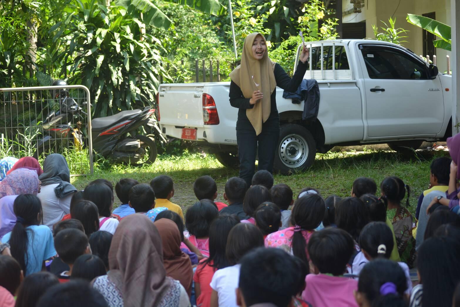 Penyampaian dongeng oleh Dela kepada anak-anak Kelurahan Baranangsiang, Bogor (Foto oleh : Andika SB)
