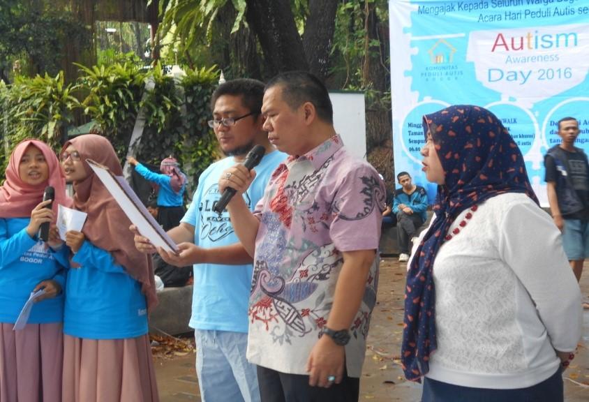 Edgar Suratman, Kepala Dinas Pendidikan Kota Bogor di dampingi Dinas Sosial (kanan) dan Direktur Rumah autis (kiri) membacakan Deklarasi Peduli Autis