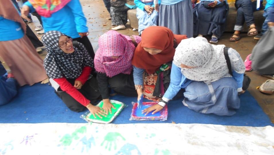 Peserta acara membubuhkan tanda tangan saat Deklarasi Bogor Peduli Autis.