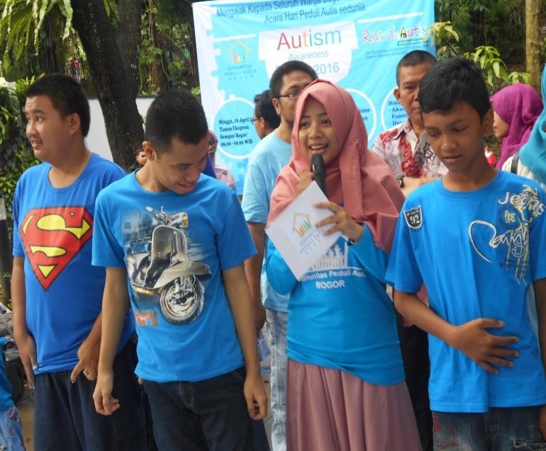 MC dan 2 alumni rumah autis (kiri), pelajar di rumah autis Bogor (kanan)