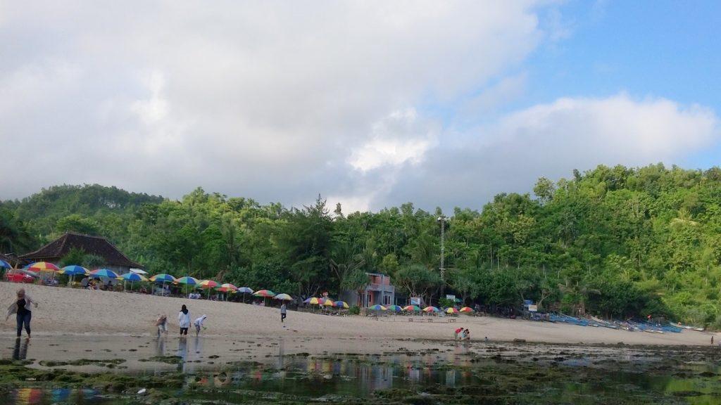 Karang-karang yang terlihat saat Pantai Siung sedang surut. Foto ini diambil pada pukul 15.35 WIB (5/5/2016). (foto oleh: Herlinda Y.)