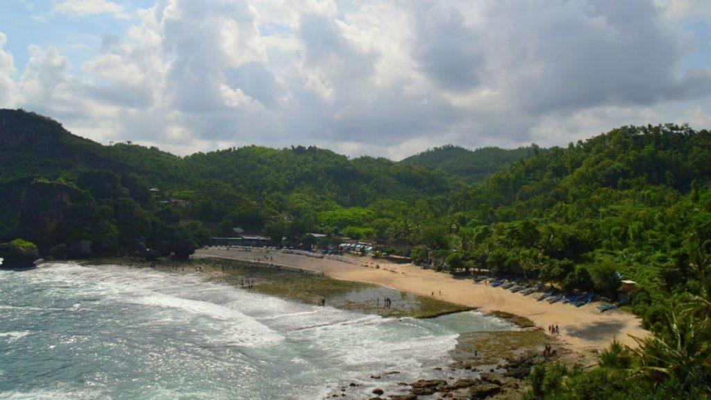 Panorama Pantai Siung dari atas tebing dengan bukit yang mengelilingi pantai (5/5/2016). (foto oleh: Herlinda Y.)