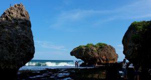 Karang berukuran raksasa di Pantai Siung. Bentuk karang yang menyerupai gigi kera atau Siung Wanara ini menjadi dasar penamaan Pantai Siung (5/5/2016). (foto oleh: Herlinda Y.)