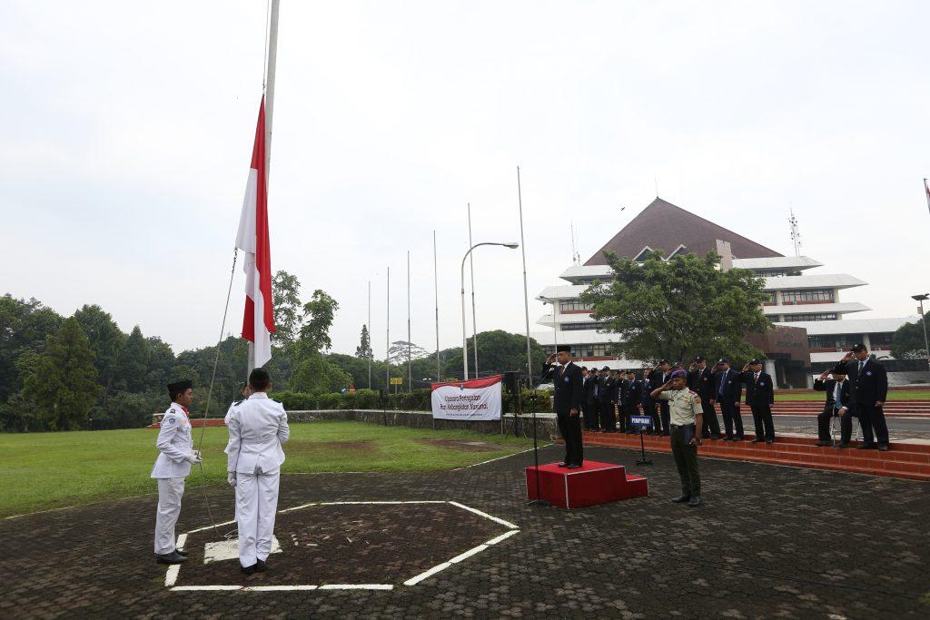 Pengibaran bendera merah putih pada upacara Hari Kebangkitan Nasional (20/5) (foto: Humas IPB)