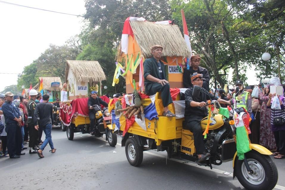 Pertunjukan pawai dari Desa Cimahpar dalam acara Hari Jadi Bogor ke 534.