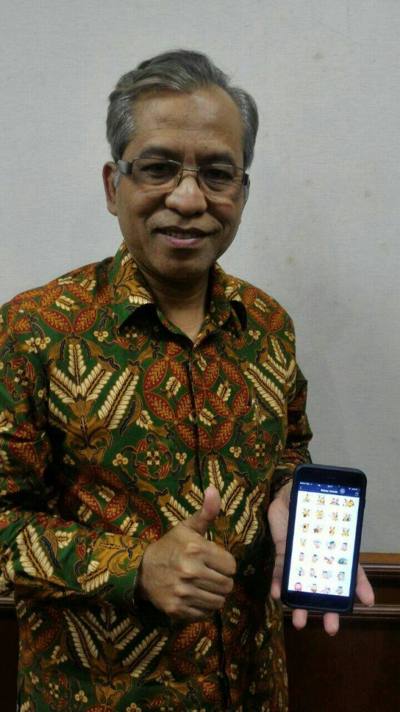 Rektor IPB mengapresiasi kreasi sticker LINE maskot MPKMB 53 (Foto: Koran Kampus)