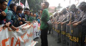 Pelaksanaan demonstrasi dijaga ketat oleh petugas kepolisian