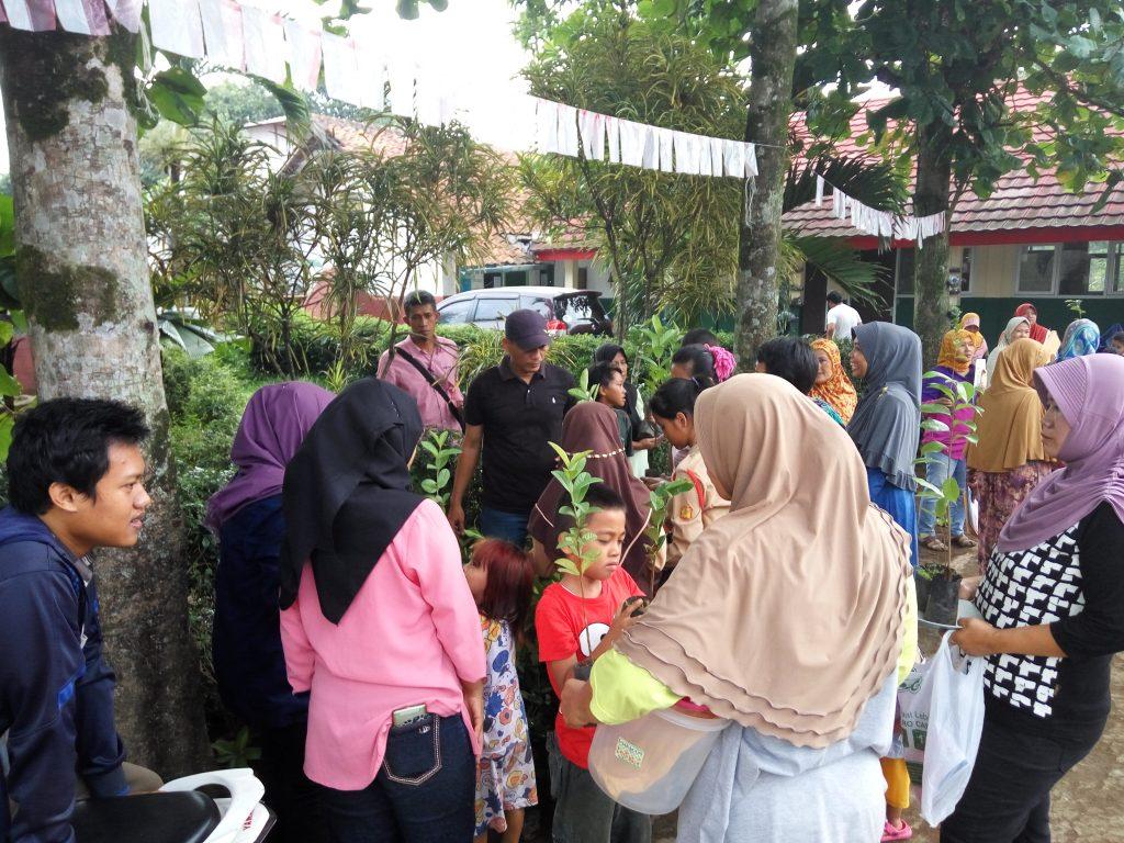 Pembagian Bibit Tanaman oleh Sahabat Desa kepada warga untuk penghijauan desa Sukawangi.