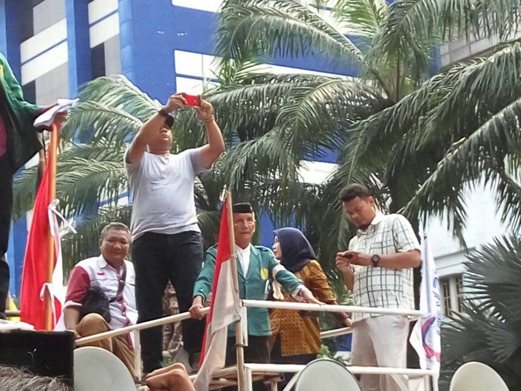 Sukoco bergabung di atas podium saat aksi.