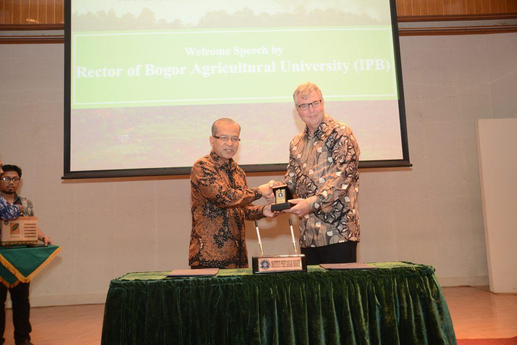 Rektor IPB dan Direktur CIFOR (Foto : Dokumentasi Humas IPB)